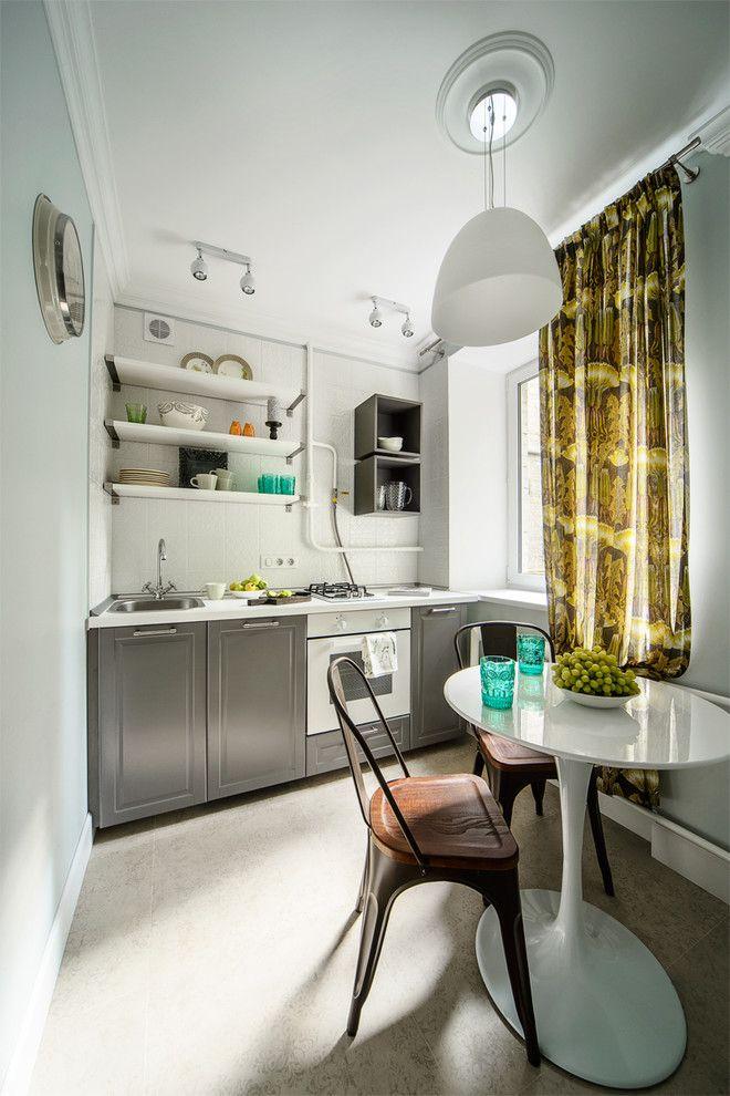 Пестрая занавеска в кухне с белыми стенами